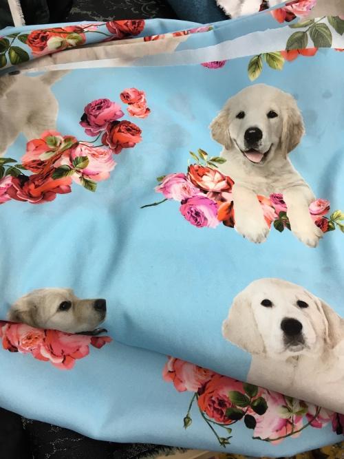 bedruckter, gestretchter Seidencrepe mit aktuellem Hundemuster